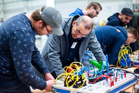 Meerdere cursisten overleggen voor Elektrisch schakelen