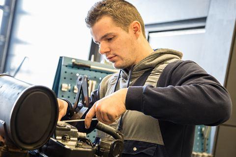 Een persoon volgt het practicum voor Dieselmotoren