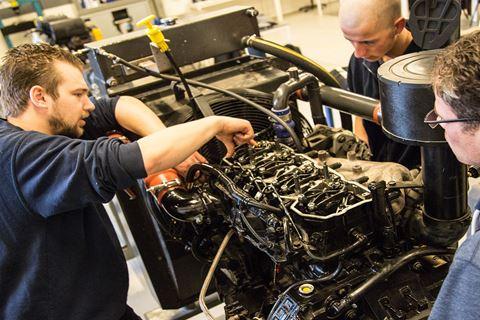 Meerdere cursisten volgen het practicum Dieselmoteren