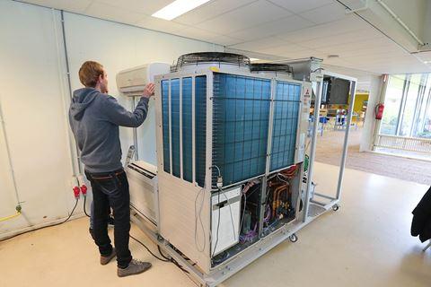Cursist is bezig voor airco- en vrf installaties