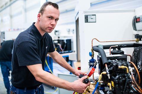 Cursist kijkt in camera Airco- en VRF-installaties F-gassen I - versneld