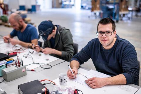 Meerdere cursisten elektrotechniek basis