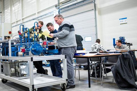 Cursisten zijn bezig voor hydrauliek & pneumatiek