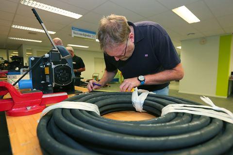 Cursist is bezig voor Hydrauliek slangassemblage