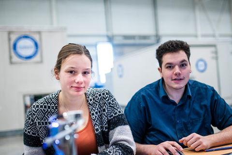 Twee cursisten PLC Besturingstechniek kijken in camera