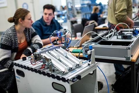 Twee cursisten PLC Besturingstechniek zijn druk bezig
