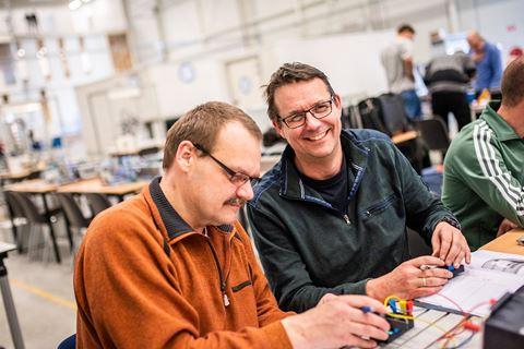 Cursisten PLC industriele automatisering zijn bezig