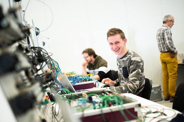 PLC industriele automatisering cursist kijkt in camera
