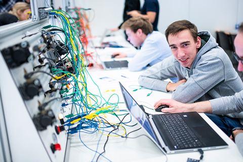 Cursist PLC systemen kijkt in camera