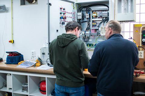 Twee personen zijn bezig voor SCIOS scope 8