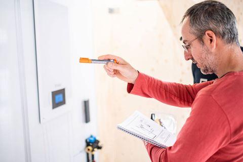 Cursist Warmtepomp toepassing en werking is druk bezig