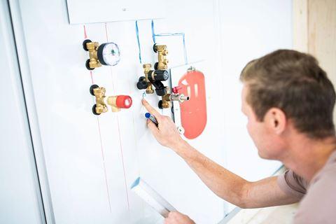 Warmtepomp toepassing en werking cursist is druk bezig